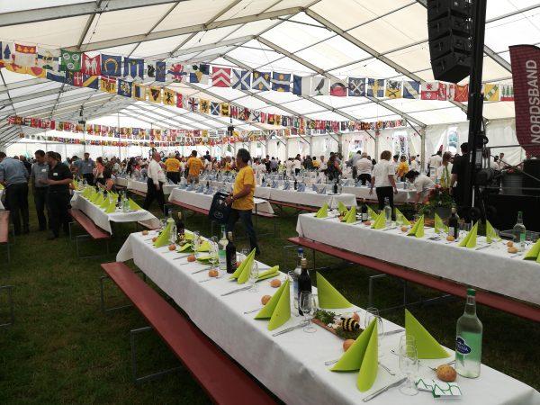 location de couverts, assiettes et verres pour 1600 personnes